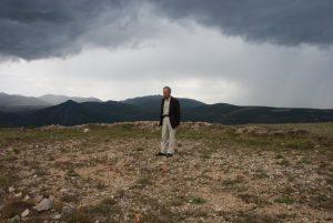 İlyas Karagöz Thekes Tepesi olduğuna inandığı İskopel Yaylası'nda (Fotoğraf: Özhan Öztürk 6 Ağustos 2007)